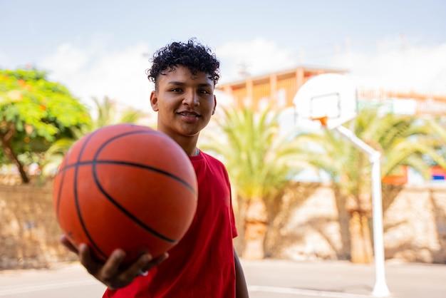 Garçon dans la rue avec basket-ball