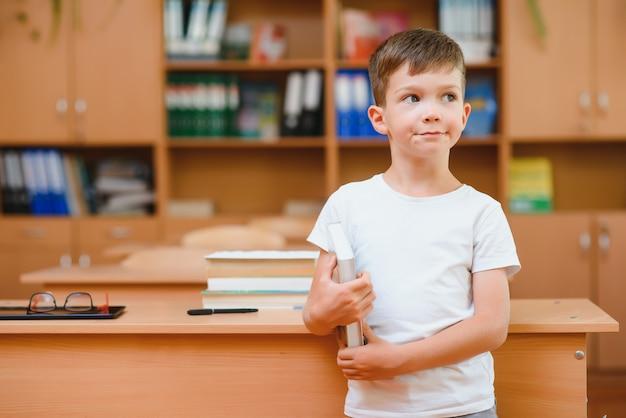 Garçon dans la salle de classe. retour à l'école.