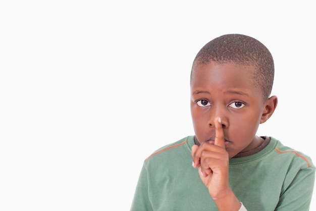Garçon demandant le silence
