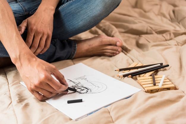 Garçon dessin au fusain