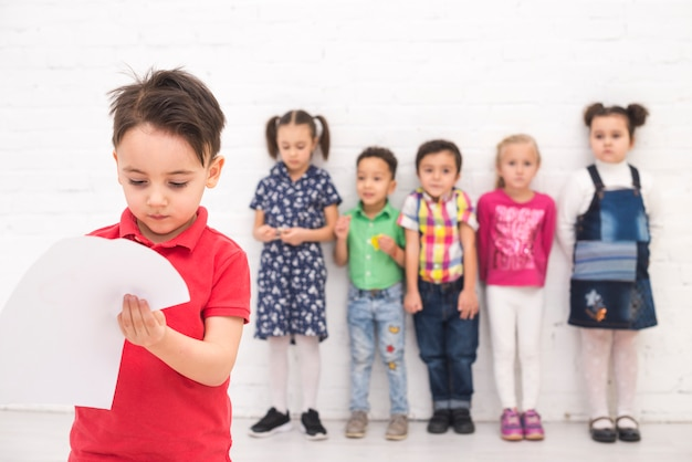 Garçon dessinant avec un groupe d'enfants