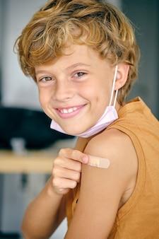 Garçon de dix ans après avoir été vacciné