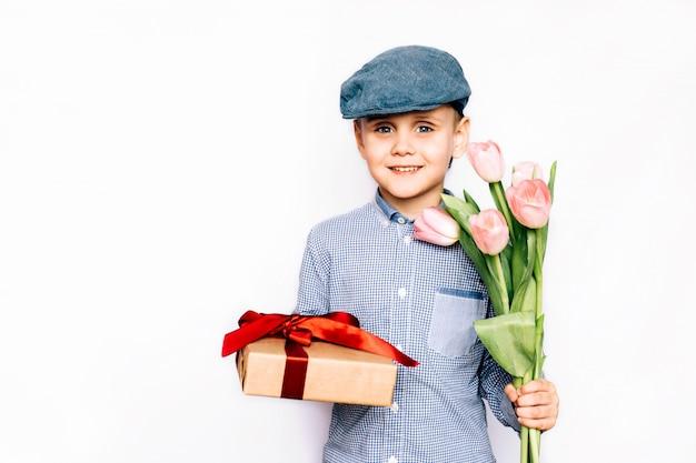 Garçon donne des fleurs et un cadeau