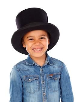 Garçon drôle latin avec chapeau noir