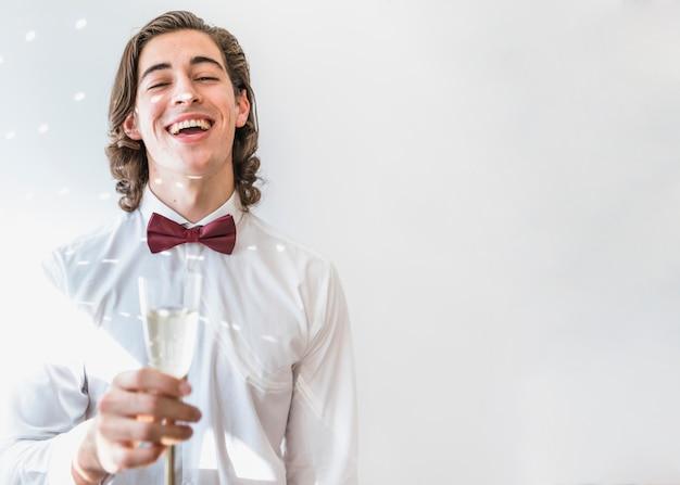 Garçon avec du champagne à la fête du nouvel an