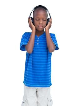 Garçon écoutant de la musique avec les yeux fermés