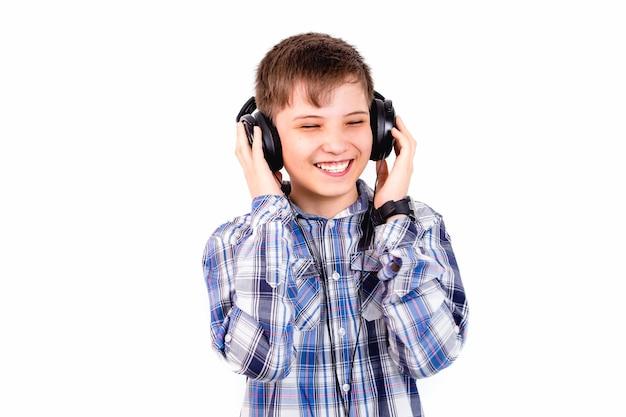 Le garçon écoute de la musique dans des écouteurs