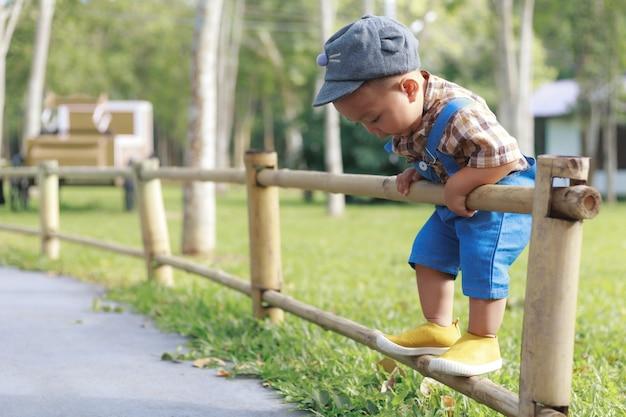 Garçon enfant en bas âge asiatique jouant dans le jardin