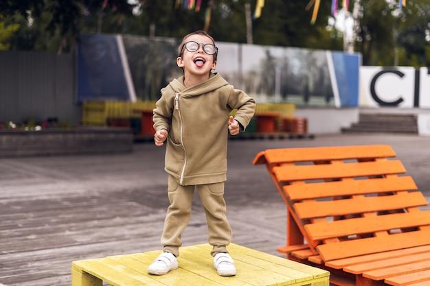 Garçon enfant drôle dans des verres ronds