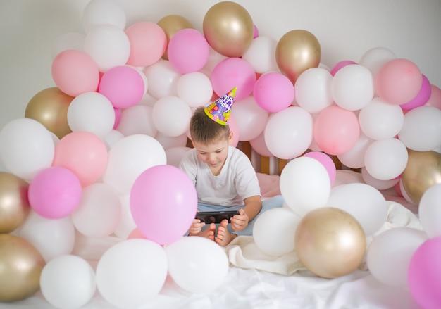 Garçon enfant mignon souriant et prenant selfie photo sur téléphone portable avec ballon