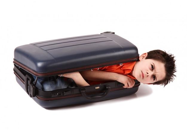 Garçon enfermé dans une valise
