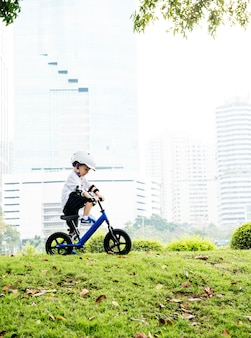 Garçon équitation apprentissage de style de vie exercice