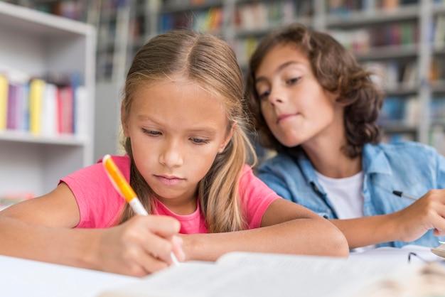 Garçon essayant de copier les devoirs de son collègue