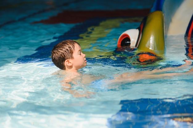 Le garçon est dans le parc aquatique.