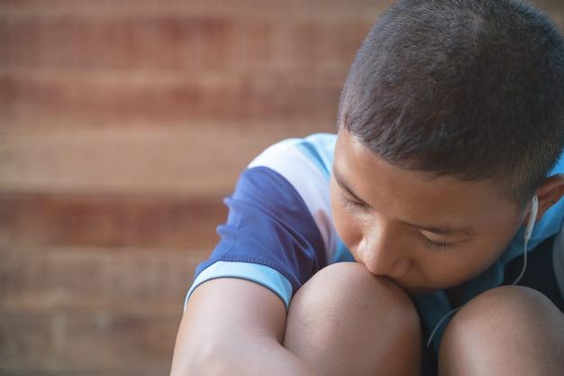 Le garçon est déprimé et veut utiliser la musique pour guérir