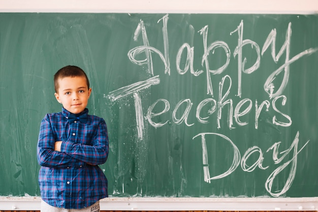Garçon étudiant félicitant les enseignants avec une journée professionnelle