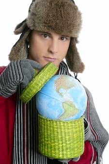 Garçon étudiant fou avec la sphère de la carte globale