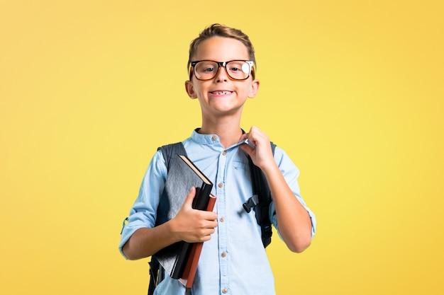 Garçon étudiant avec sac à dos et lunettes fier et auto-satisfait. retour à l'école