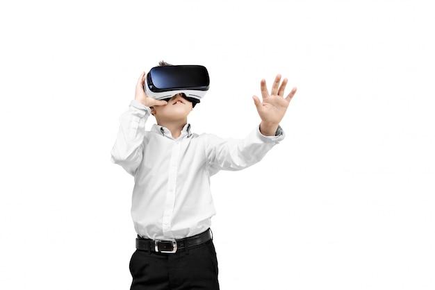 Garçon excité étant dans la réalité virtuelle