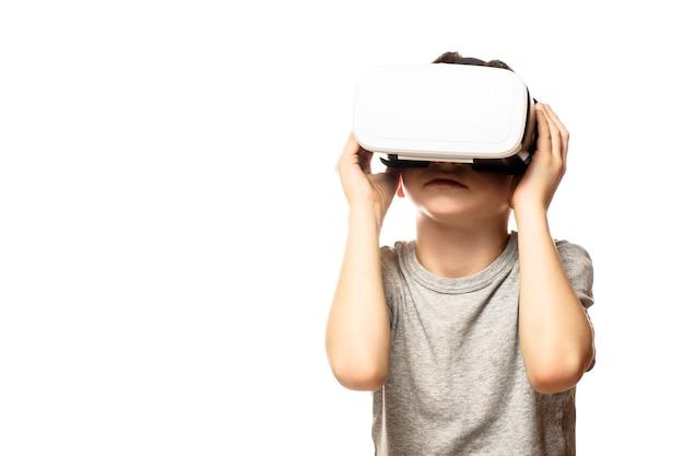 Garçon expérimentant la réalité virtuelle