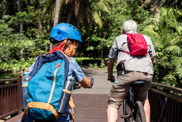 Garçon faire du vélo dans le parc