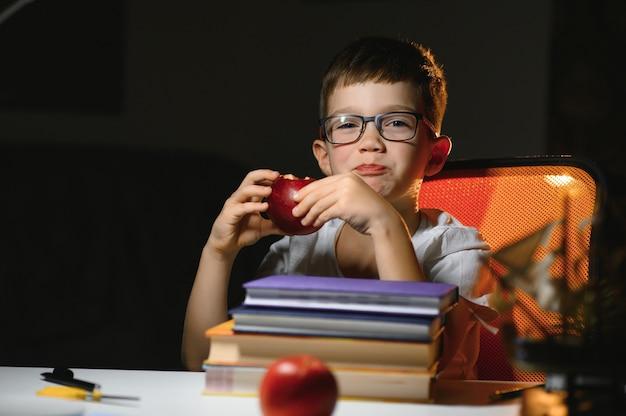 Garçon à faire ses devoirs à la maison en soirée