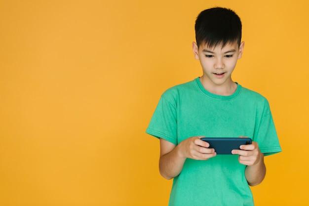 Garçon faisant attention à un jeu