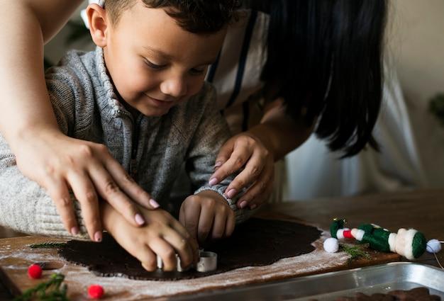 Garçon faisant des biscuits de noël