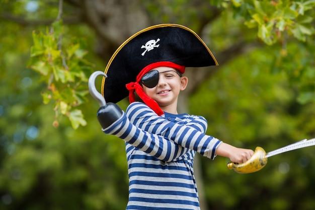 Garçon faisant semblant d'être un pirate
