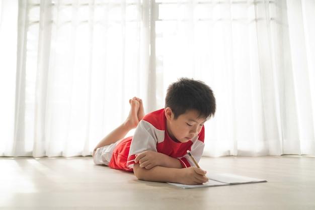 Garçon faisant ses devoirs