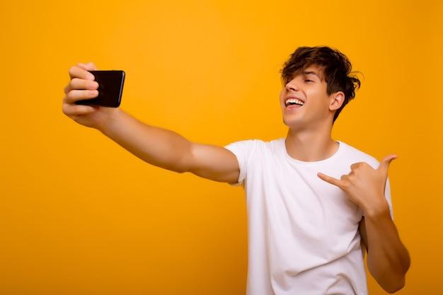 Garçon fait un selfie par téléphone