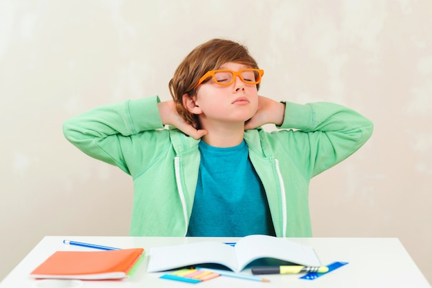 Garçon fait ses devoirs. difficultés d'apprentissage, concept de l'éducation. enfant stressé et fatigué.