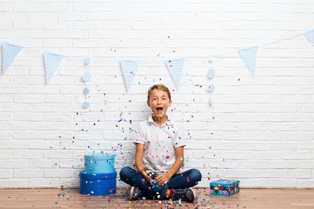 Garçon fête son anniversaire avec des confettis dans une fête