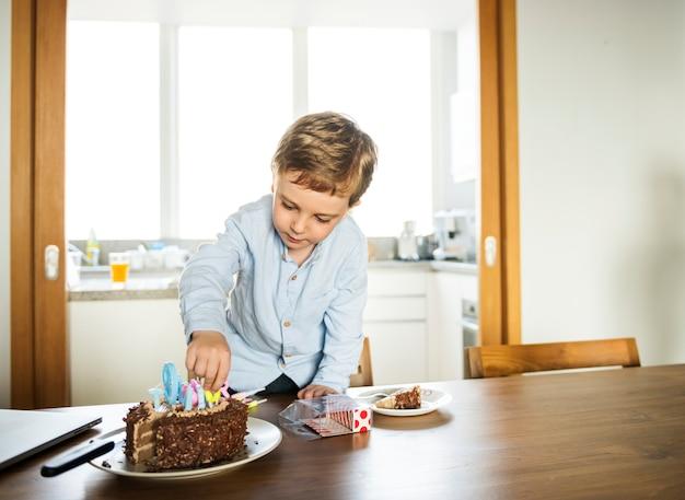 Garçon fête son anniversaire avec un gâteau
