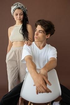Garçon et fille d'adolescent à la mode posant ensemble