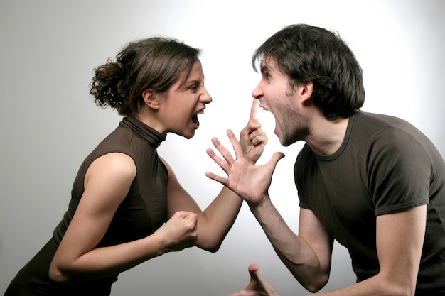 Garçon et fille ayant une confrontation en colère
