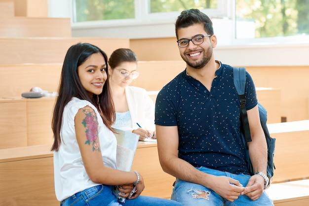 Garçon et fille communiquant à l'université.