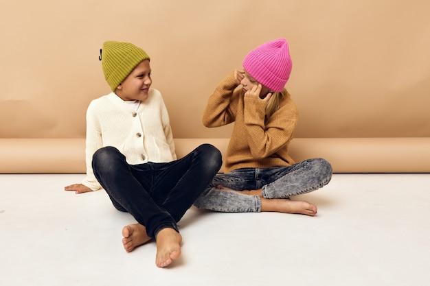 Garçon et fille fun mode jeunesse vêtements élégants enfance studio style de vie