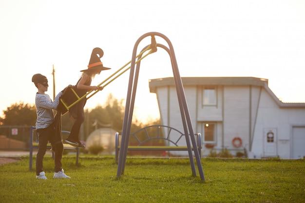 Garçon et fille jouant sur la balançoire