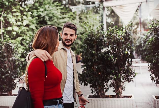 Garçon et fille parlant dans la rue, concept de style de vie