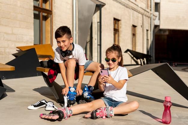 Garçon et fille avec des patins à roues alignées