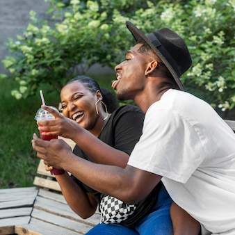 Garçon et fille s'amusant ensemble à l'extérieur