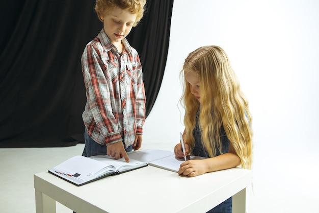 Garçon et fille se préparant à l'école après une longue pause estivale