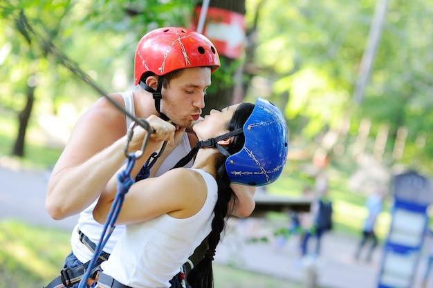 Garçon et fille sont des obstacles sur la corde