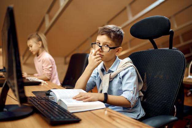 Garçon et fille travaillent sur pc, petits blogueurs. enfants bloguant en home studio, médias sociaux pour jeune public, diffusion internet en ligne, passe-temps créatif