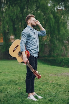 Garçon avec une guitare