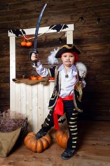 Garçon habillé en pirate sur fond de décorations d'halloween