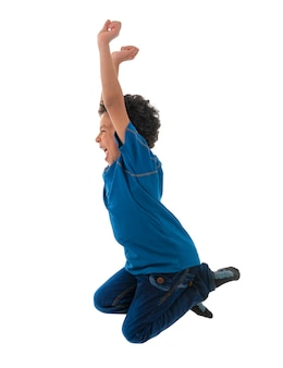 Garçon heureux actif sautant en l'air