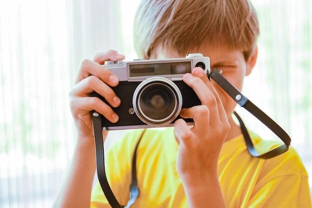 Garçon heureux avec un appareil photo