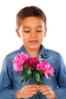 Garçon heureux avec un beau bouquet de fleurs roses